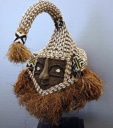 Afrikaanse Kunst   Mukyeem masker Zaïre/linnen (incl.standaard)
